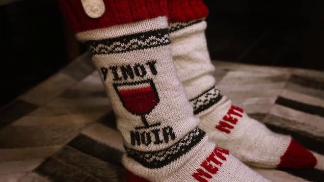 Netflix spiega come realizzare i calzini che mettono in pausa la TV se ci si addormenta (video)