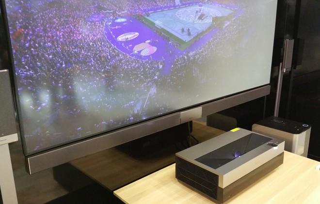 Il proiettore laser cast 4k di hisense proietta in hdr su for Distanza tv 4k