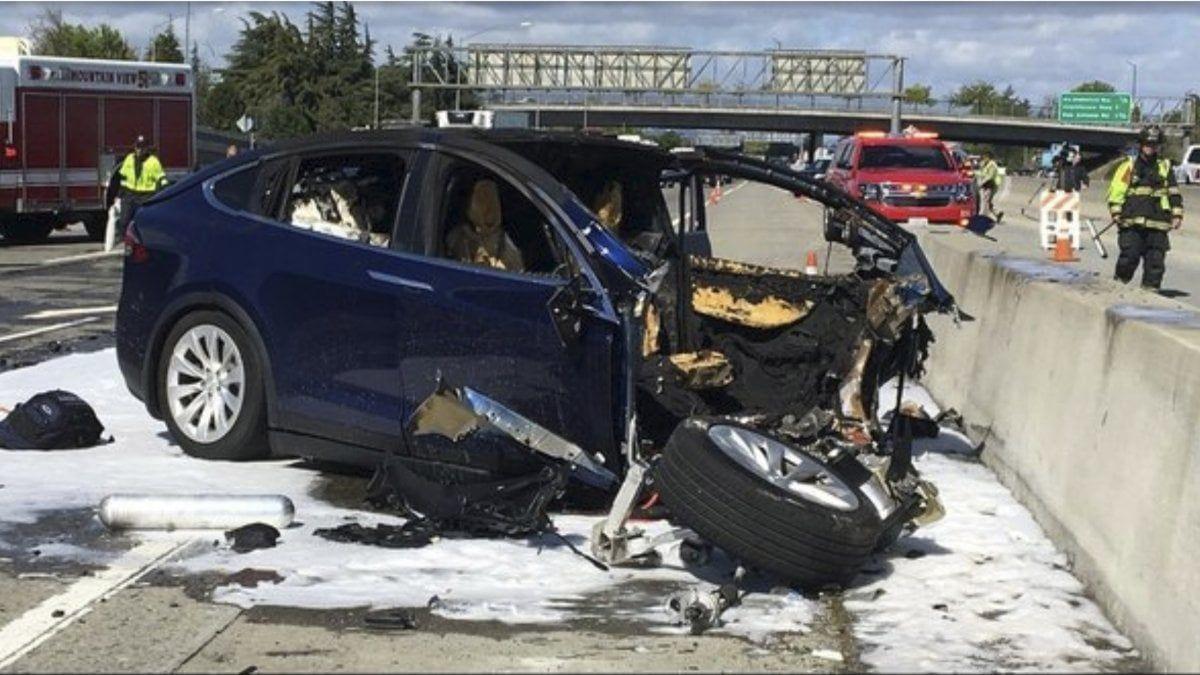 Tesla: l'auto dello scontro mortale aveva il pilota automatico inserito