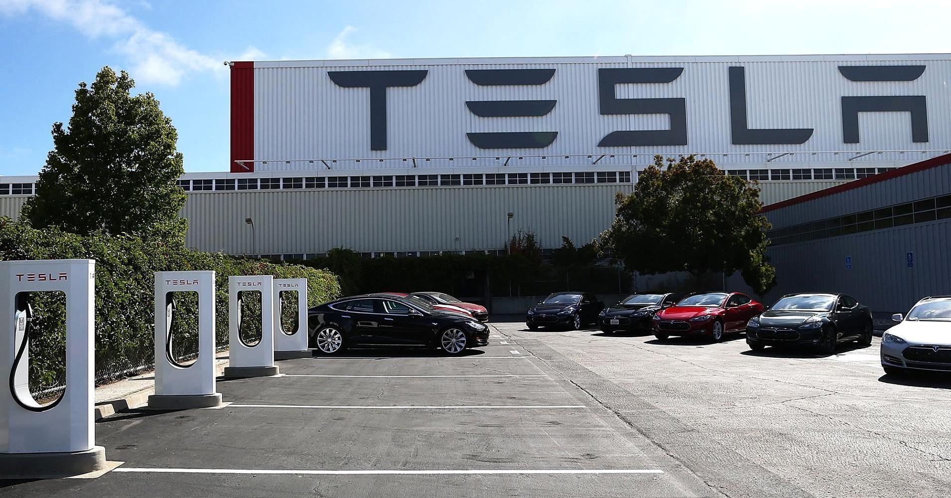 Tesla, difficoltà produttive e incidenti inspiegabili: la colpa è di un sabotatore