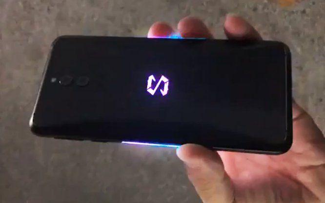 Xiaomi black shark con un tripudio di luci rgb nel video hands