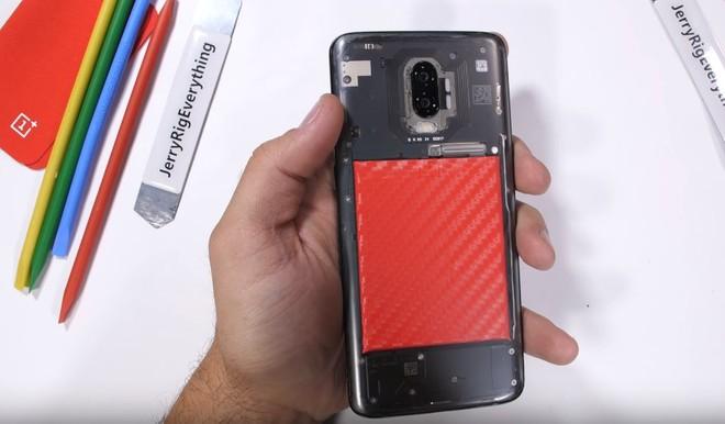 OnePlus 6T con retro trasparente grazie a JerryRigEverything - image  on https://www.zxbyte.com