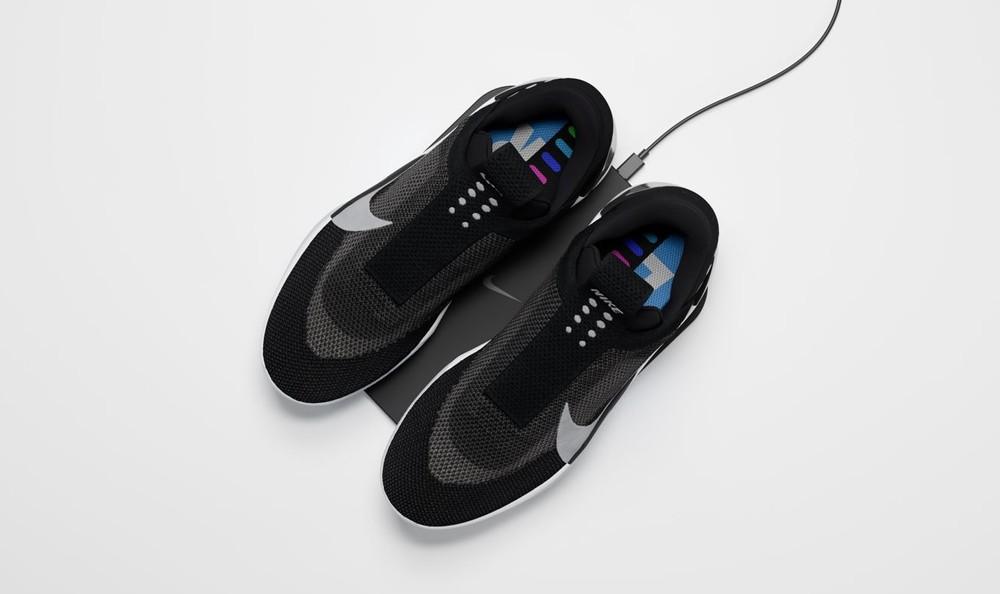 Abbiamo inoltre ulteriori informazioni sul sistema di ricarica e materiali  utilizzati  le scarpe Nike Adapt potranno essere ricaricate ponendole sul  ... 154b99378dd