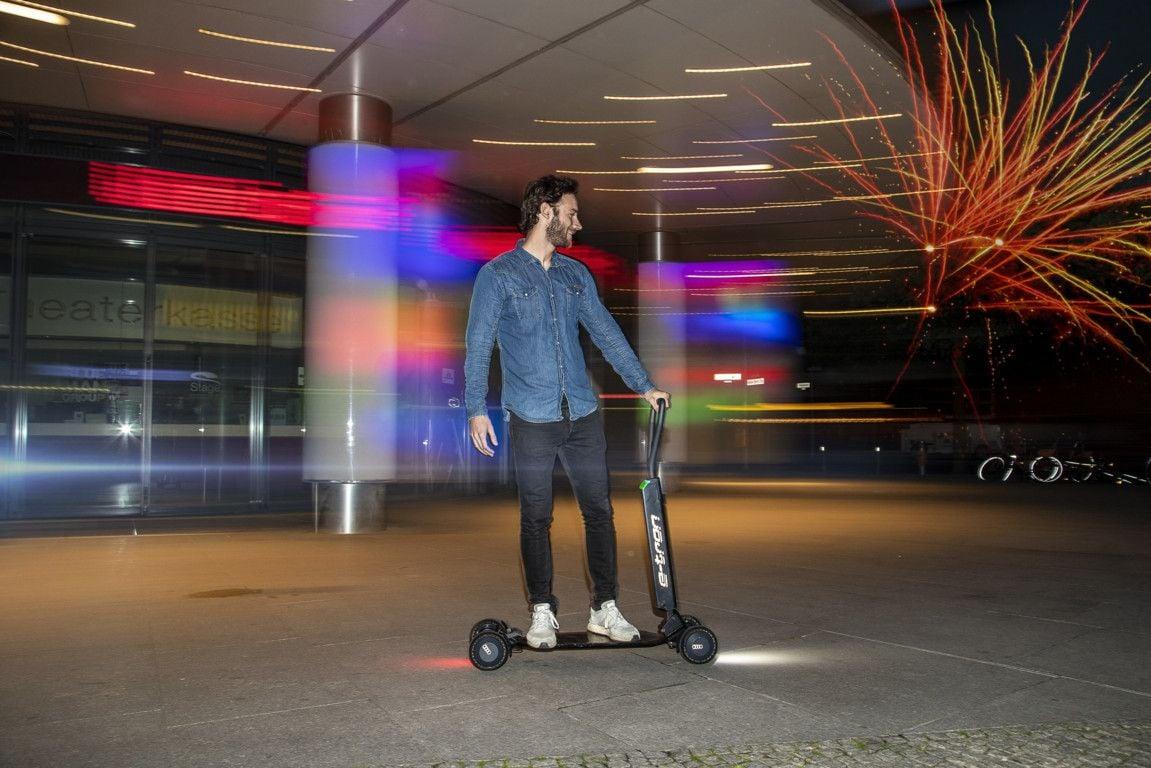 Audi e-tron Scooter: un po' monopattino elettrico, un po' skateboard