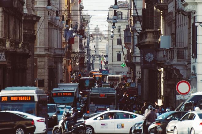 Roma, i cittadini stracciano i contratti delle nuove auto diesel